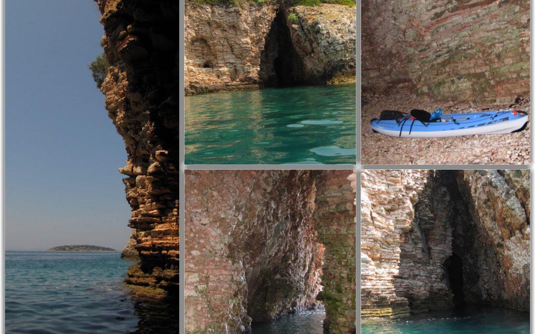 ΘΕΣΠΡΩΤΙΑ-Η παραλία του σπηλαίου στη Λυγιά, στην μύτη Δρεπάνου